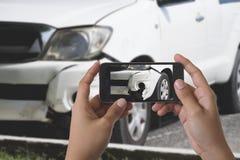 Uomo che fotografa il suo veicolo con i danni Fotografie Stock Libere da Diritti