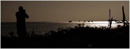 Uomo che fotografa le barche e gli uccelli Fotografia Stock Libera da Diritti