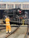 Uomo che fotografa vecchia locomotiva Fotografie Stock