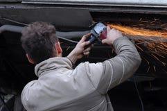 Uomo che frantuma la sua automobile Fotografie Stock