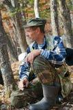 Uomo che fuma nella foresta 12 Immagine Stock Libera da Diritti