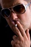 Uomo che fuma una sigaretta Fotografia Stock Libera da Diritti