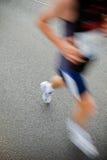 Uomo che funziona nella maratona della città Fotografie Stock Libere da Diritti