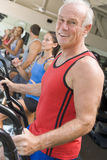 Uomo che funziona sulla pedana mobile alla ginnastica Fotografia Stock Libera da Diritti