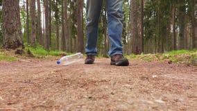 Uomo che getta bottiglia di plastica sul percorso stock footage