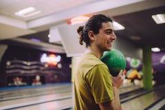 Uomo che gioca al vicolo di bowling immagine stock