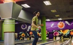 Uomo che gioca al vicolo di bowling fotografie stock libere da diritti
