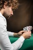 Uomo che gioca alla tavola verde Immagini Stock Libere da Diritti