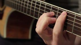 Uomo che gioca alto vicino della chitarra acustica stock footage