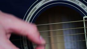 Uomo che gioca alto vicino della chitarra acustica archivi video