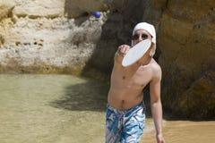 Uomo che gioca beach tennis Fotografia Stock