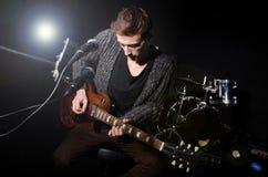 Uomo che gioca chitarra Fotografie Stock Libere da Diritti