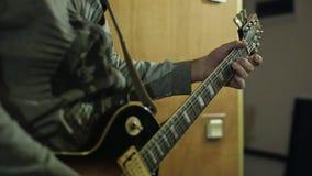 Uomo che gioca chitarra stock footage