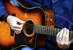 Uomo che gioca chitarra acustica fotografia stock libera da diritti
