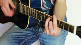 Uomo che gioca chitarra acustica stock footage