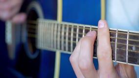 Uomo che gioca chitarra acustica archivi video