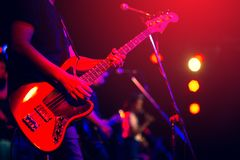 Uomo che gioca chitarra bassa fotografie stock