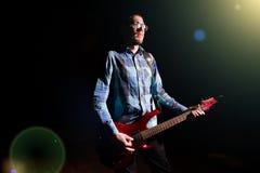 Uomo che gioca chitarra elettrica Fotografia Stock