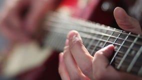 Uomo che gioca chitarra elettrica con la tecnica della curvatura stock footage