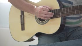 Uomo che gioca chitarra Primo piano di una chitarra video d archivio