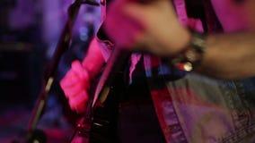 Uomo che gioca chitarra, ripetizione della banda rock video d archivio