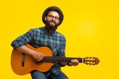 Uomo che gioca chitarra in studio Immagine Stock Libera da Diritti