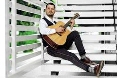 Uomo che gioca chitarra sulle scale Fotografia Stock Libera da Diritti