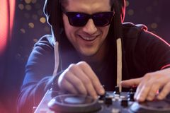 Uomo che gioca con la console del DJ Immagine Stock Libera da Diritti