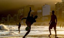 Uomo che gioca con la palla alla spiaggia Immagini Stock Libere da Diritti