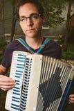 Uomo che gioca fisarmonica all'aperto Immagine Stock Libera da Diritti