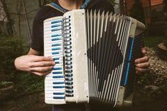 Uomo che gioca fisarmonica all'aperto Fotografia Stock Libera da Diritti