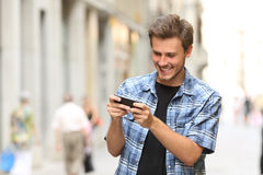 Uomo che gioca gioco con uno Smart Phone Fotografie Stock