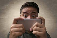 Uomo che gioca gioco mobile immagini stock