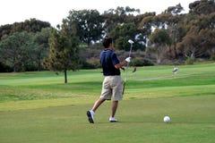 Uomo che gioca golf immagini stock libere da diritti