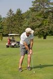 Uomo che gioca golf Immagine Stock Libera da Diritti