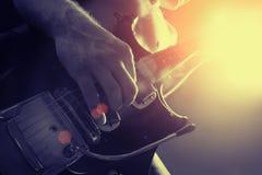 Uomo che gioca guita elettrico Fotografia Stock