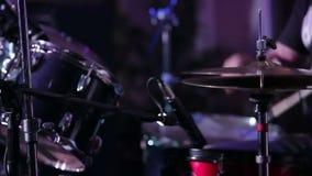 Uomo che gioca i tamburi lumiere stock footage