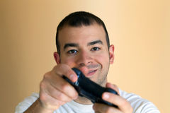 Uomo che gioca i video giochi fotografie stock libere da diritti