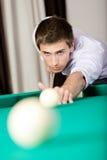 Uomo che gioca il biliardo al club di gioco Fotografie Stock