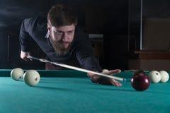 Uomo che gioca il biliardo Concentrazione intaschi la palla immagine stock