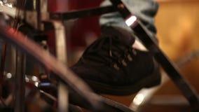 Uomo che gioca il pedale basso del tamburo in scena video d archivio