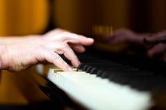 Uomo che gioca il piano Fotografia Stock Libera da Diritti