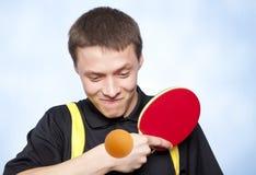 Uomo che gioca il pong di rumore metallico Fotografia Stock