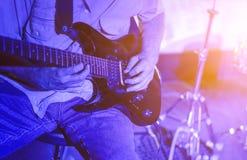 Uomo che gioca il primo piano della chitarra in scena Fotografie Stock Libere da Diritti