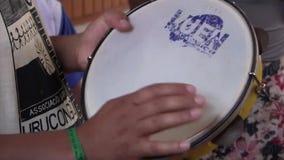 Uomo che gioca il tamburino video d archivio