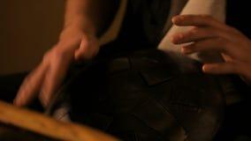 Uomo che gioca il tamburo di caduta video d archivio