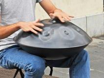 Uomo che gioca il tamburo di caduta sulla via Fotografie Stock