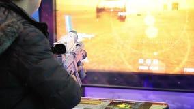 Uomo che gioca il video gioco del tiratore stock footage