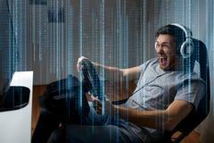 Uomo che gioca il video gioco di corsa di automobile a casa Immagine Stock