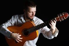Uomo che gioca la chitarra Immagini Stock